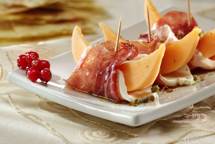 fette di melone con mozzarella e culatello